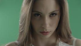 有猫眼的性感的年轻女人组成反对绿色背景 影视素材