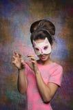 有猫面具的俏丽的女孩 免版税库存照片