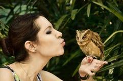 有猫头鹰的女孩 免版税库存照片