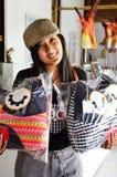 有猫头鹰的泰国妇女把工艺品枕在 库存照片
