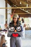 有猫头鹰的泰国妇女把工艺品枕在 免版税库存照片