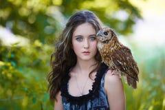 有猫头鹰的美丽的女孩 库存照片