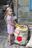 有玉米玉米棒的女孩  库存图片