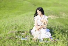 有玩偶和书的美丽的女孩 免版税库存图片