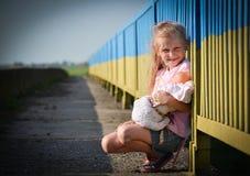 有玩偶的女孩 库存照片