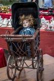 有玩偶的巴法力亚摇篮车在跳蚤市场上 库存照片