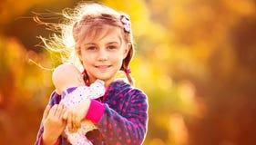有玩偶的甜女婴 免版税图库摄影