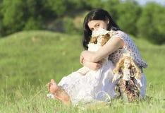 有玩偶的美丽的女孩 免版税库存图片
