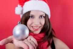 有玩具圣诞节球的美丽的女孩 图库摄影