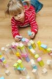 有玩具块的小女孩 免版税库存图片