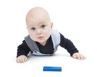 有玩具块的感兴趣的婴孩 免版税图库摄影