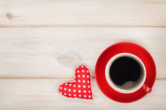 有玩具心脏礼物的咖啡杯 免版税库存图片