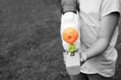 有玩具枪的孩子 图库摄影
