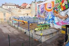 有玩具汽车的五颜六色的被放弃的游乐园 免版税库存图片
