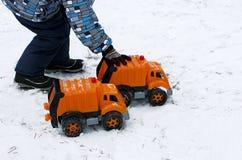 有玩具汽车的孩子 免版税图库摄影