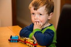 有玩具火车的小孩男孩 免版税图库摄影