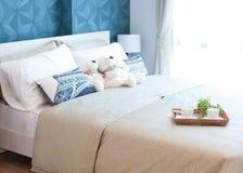 有玩具熊、茶具和花的盘子在床上 免版税库存照片