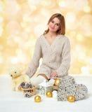 有玩具熊玩具的美丽的女孩在黄色bokeh背景-浪漫假日概念 免版税库存图片