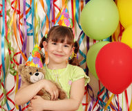 有玩具熊生日聚会的小女孩 免版税库存图片