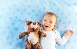 有玩具熊的一个岁婴孩 免版税库存照片