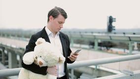 有玩具熊的人在电话里说 股票录像