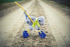 有玩具熊的儿童的婴儿推车 免版税库存照片
