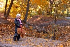 有玩具熊的可爱的女孩 免版税库存照片