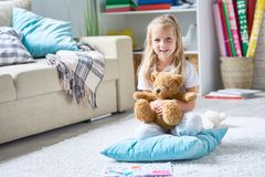 有玩具熊的可爱的小女孩 免版税库存照片