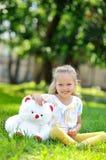 有玩具熊的可爱的小女孩 免版税图库摄影