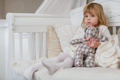 有玩具熊的哀伤的女孩。 免版税库存图片