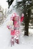 有玩具熊的女孩在冬天森林里 库存图片