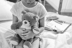 有玩具熊的女孩在医院房间,黑白照片 免版税库存照片