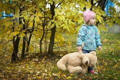 有玩具熊的女婴 免版税库存图片