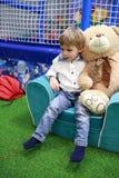 有玩具熊的孩子 库存照片