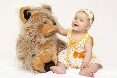 有玩具熊的孩子 免版税库存图片