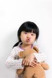 有玩具熊的小亚裔女孩 免版税库存照片