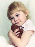 有玩具熊的小女孩 免版税库存图片