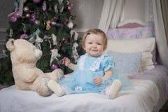 有玩具熊的小女婴 库存图片