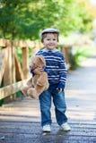 有玩具熊的小男孩 库存照片