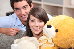 有玩具熊的少年 免版税库存图片