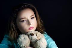 有玩具熊的少年消沉女孩 免版税图库摄影