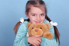 有玩具熊的微笑的女孩 免版税图库摄影