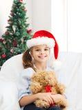 有玩具熊的微笑的小女孩 库存照片
