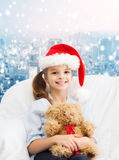 有玩具熊的微笑的小女孩 免版税图库摄影
