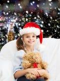 有玩具熊的微笑的小女孩 库存图片