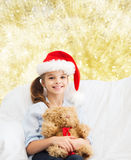 有玩具熊的微笑的小女孩 免版税库存照片