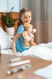有玩具熊的患者坐床在医院 免版税库存照片