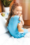 有玩具熊的患者坐床在医院 免版税图库摄影