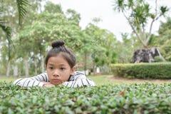 有玩具熊的愉快的亚裔孩子本质上,在度假放松时间 免版税库存图片