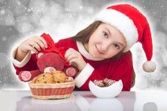 有玩具熊的愉快的圣诞节女孩 免版税图库摄影